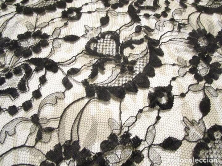 Antigüedades: antigua mantilla o manton de seda 1,1 metros x 2,10 metros - Foto 8 - 146807170