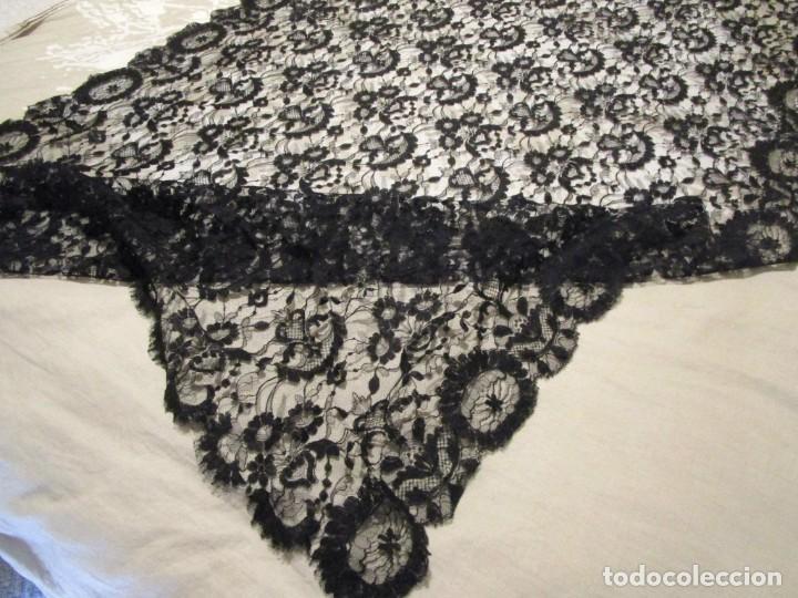 Antigüedades: antigua mantilla o manton de seda 1,1 metros x 2,10 metros - Foto 9 - 146807170