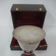 Antigüedades: CÁLIZ DE PLATA CON CONTRASTES Y ESMALTE -INTERIOR DEL CÁLIZ DORADO -PATENA Y CAJA (ESTUCHE) ORIGINAL. Lote 152021761