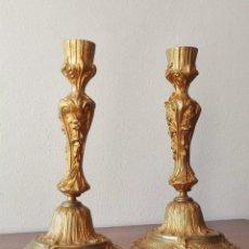 Antigüedades: PAREJA DE CANDELEROS FRANCESES DEL SIGLO XIX. BRONCE DORADO. Lote 146855082