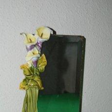 Antigüedades: ESPEJO MODERNISTA DE PORCELANA CON BANDEJA - TOCADOR - DECORACIÓN FLORAL - CALAS - CIRCA 1900. Lote 146871138