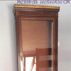Antigüedades: VITRINA EN MADERA CON REMATES EN BRONCE DORADO,IDEAL COMO EXPOSITOR-RECOGER EN LOCAL CURIOSA. Lote 146890802