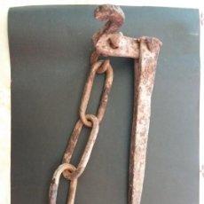 Antigüedades: ANTIGUA CUÑA DE HERRERO PARA ATAR CABALLERÍAS . Lote 146900598