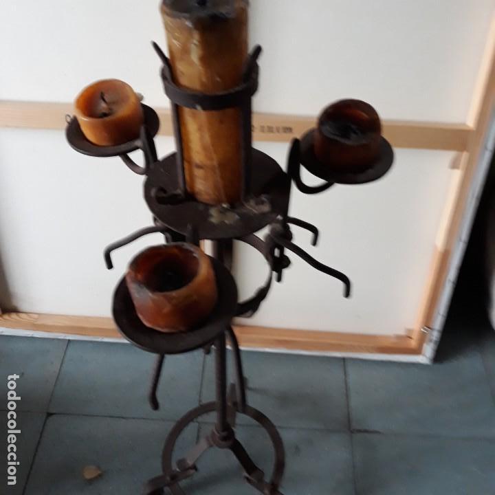 Antigüedades: Candelabro de hierro para tres velas y un cirio, medidas 86 cm de altura y 32 cm de ancho.portavelas - Foto 2 - 146907406