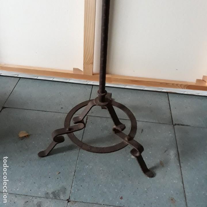 Antigüedades: Candelabro de hierro para tres velas y un cirio, medidas 86 cm de altura y 32 cm de ancho.portavelas - Foto 3 - 146907406