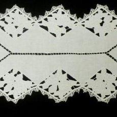 Antigüedades: ANTIGUO CAMINO DE MESA DE ENCAJE DE RICHELIEU S.XIX. Lote 146914814