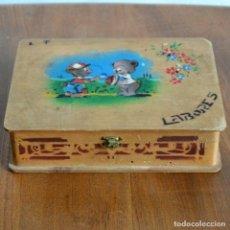 Antigüedades: CAJA O ESTUCHE DE LABORES * MADERA * COSTURERO DE NIÑA * CON SELLO EN LA BASE. Lote 146915230