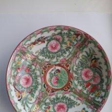 Antigüedades: PLATO EN PORCELANA CHINA MACAU CON DECORACIÓN FLORES Y SELLO EN BASE.. Lote 146923130