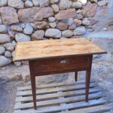 Antigüedades: ANTIGUA MESA TOCINERA CON CAJÓN Y TIRADOR DE CONCHA ORIGINAL - TABLERO DE TABLAS. Lote 146948502
