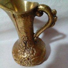 Antigüedades: FLORERO DE BRONCE. Lote 146952862