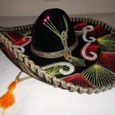 Antigüedades: SOMBRERO MEJICANO PIGALLE XXXXX SALAZAR HECHO EN MEXICO 59 CM NEGRO ROJO VERDE MARIACHI. Lote 146963694