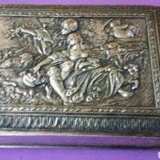 Antigüedades: PRECIOSO TINTERO ESCRIBANIA EN FORMA DE LIBRO TAPAS REPUJADAS. Lote 183362561