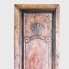 Antigüedades: PUERTA ANTIGUA DE INTERIOR DE NOGAL CON TALLADO. Lote 110042291
