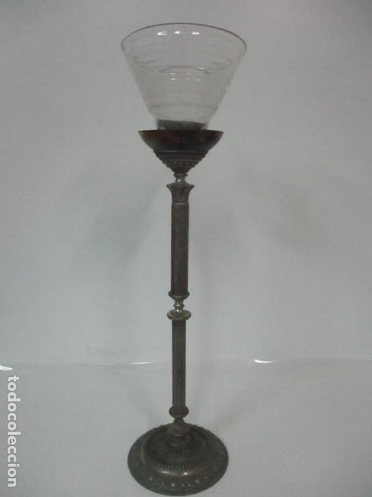 ANTIGUA LÁMPARA SOBREMESA - METAL PLATEADO Y CINCELADO - TULIPA DE CRISTAL - PRINCIPIOS S. XX (Antigüedades - Iluminación - Lámparas Antiguas)