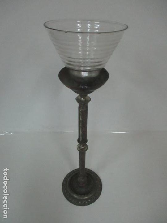 Antigüedades: Antigua Lámpara Sobremesa - Metal plateado y Cincelado - Tulipa de Cristal - Principios S. XX - Foto 2 - 147048378