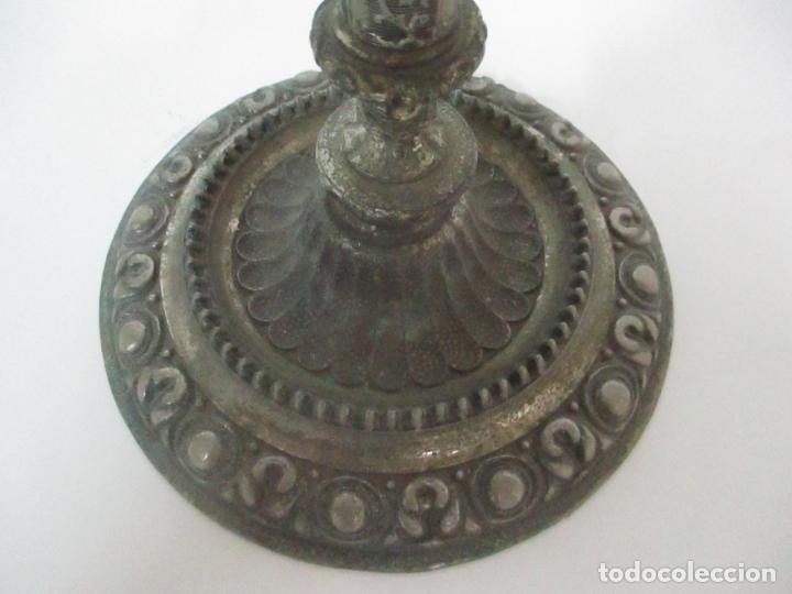 Antigüedades: Antigua Lámpara Sobremesa - Metal plateado y Cincelado - Tulipa de Cristal - Principios S. XX - Foto 3 - 147048378