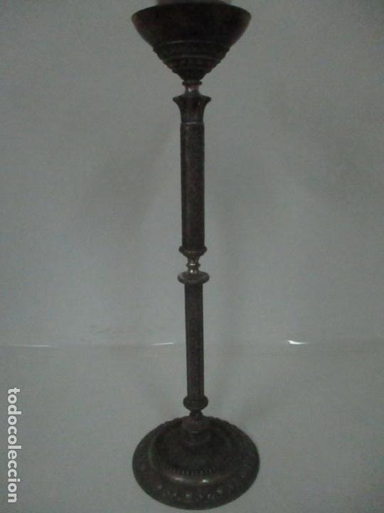 Antigüedades: Antigua Lámpara Sobremesa - Metal plateado y Cincelado - Tulipa de Cristal - Principios S. XX - Foto 4 - 147048378