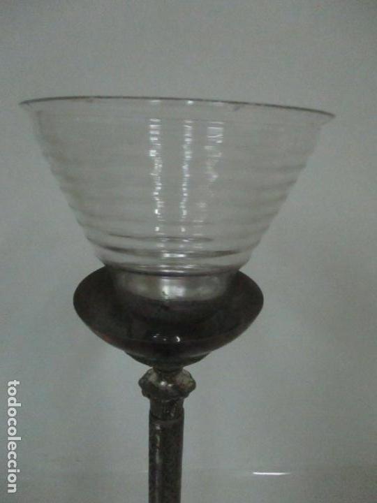 Antigüedades: Antigua Lámpara Sobremesa - Metal plateado y Cincelado - Tulipa de Cristal - Principios S. XX - Foto 6 - 147048378
