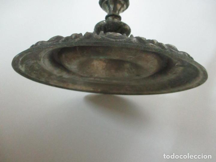 Antigüedades: Antigua Lámpara Sobremesa - Metal plateado y Cincelado - Tulipa de Cristal - Principios S. XX - Foto 9 - 147048378