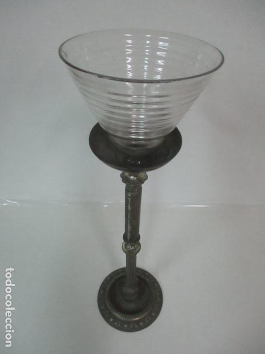 Antigüedades: Antigua Lámpara Sobremesa - Metal plateado y Cincelado - Tulipa de Cristal - Principios S. XX - Foto 10 - 147048378
