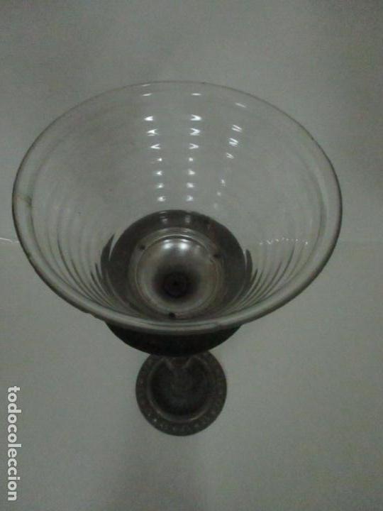 Antigüedades: Antigua Lámpara Sobremesa - Metal plateado y Cincelado - Tulipa de Cristal - Principios S. XX - Foto 11 - 147048378