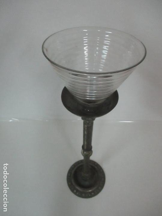 Antigüedades: Antigua Lámpara Sobremesa - Metal plateado y Cincelado - Tulipa de Cristal - Principios S. XX - Foto 12 - 147048378