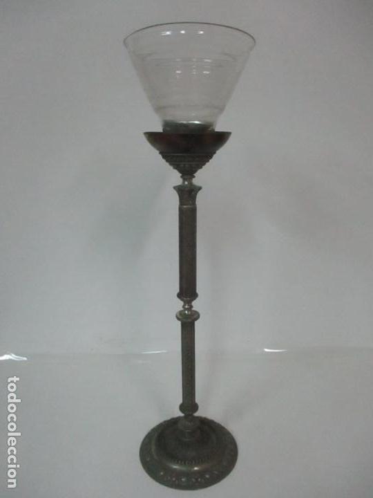 Antigüedades: Antigua Lámpara Sobremesa - Metal plateado y Cincelado - Tulipa de Cristal - Principios S. XX - Foto 13 - 147048378