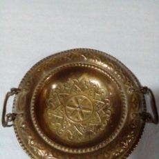 Antigüedades: BANDEJA DE TE ÁRABE DECORACIÓN DE MESA BONITOS DETALLES METAL BRONCEADO. Lote 147061830