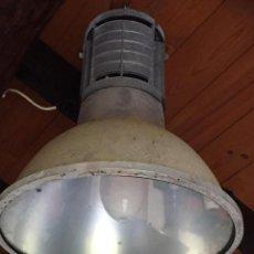 Antigüedades: LAMPARA FOCO DE METAL CON TAPA DE CRISTAL, TIPO INDUSTRIAL, DE GRAN TAMAÑO. Lote 147091526