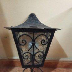 Antigüedades: FAROL FORJA LAMPARA BOMBILLA.EN CRISTAL - MEDIDA 42 X 25 CENTIMETROS.HIERRO FORJADO CASQUILLO E27. Lote 147105094