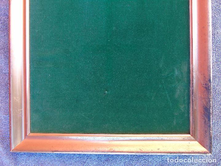 Antigüedades: ANTIGUO MARCO DE MADERA ESTUCADA Y DORADA. PREPARADO COMO EXPOSITOR CON TERCIPELO VERDE - Foto 8 - 147142014