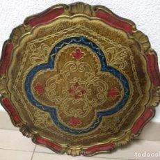 Antigüedades: BANDEJA MADERA POLICROMADA MUY BONITA 39 CMTS DE DIAMETRO. Lote 147152849