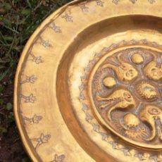 Antigüedades: ANTIGUA BANDEJA PLATO DE BRONCE LABRADO, TRATADO- MIDE 30CM.. Lote 147167214