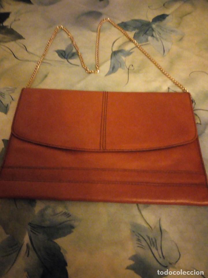 Antigüedades: Antiguo bolso de piel naranja con asa de cadena dorada.Ideal rodajes. - Foto 2 - 147214598