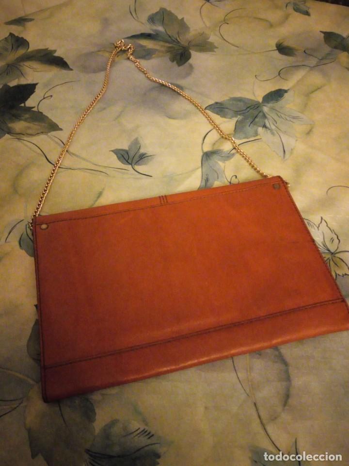 Antigüedades: Antiguo bolso de piel naranja con asa de cadena dorada.Ideal rodajes. - Foto 3 - 147214598