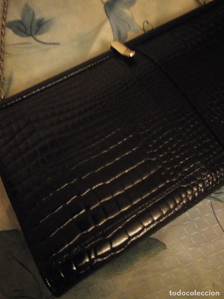 Antigüedades: Antiguo bolso de piel de cocodrilo con asa de cordón plateado,color negro ideal para rodajes. - Foto 3 - 147215002