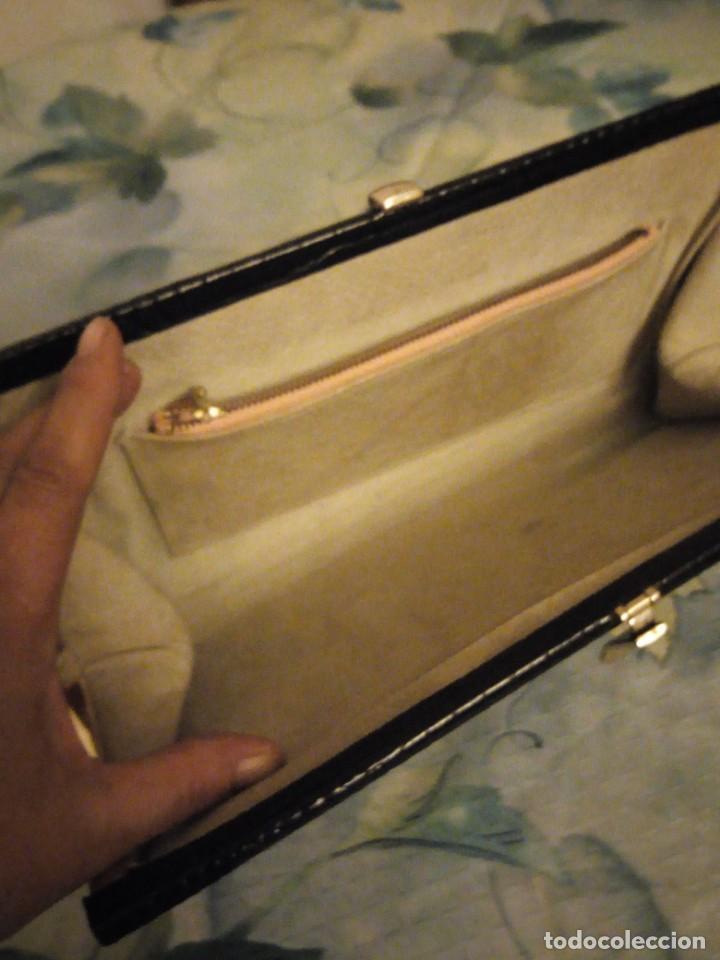 Antigüedades: Antiguo bolso de piel de cocodrilo con asa de cordón plateado,color negro ideal para rodajes. - Foto 5 - 147215002