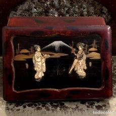 Antigüedades: ANTIGUA CAJA - JOYERO LACA CHINA CON GEISHAS EN HUESO TALLADO... Lote 147223002