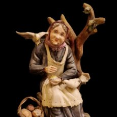 Antigüedades: MARAVILLOSA ANCIANA DANDO DE COMER A LAS PALOMAS, , FINA PORCELANA CON SELLO.TIPO CAPODIMONTI. Lote 147280742