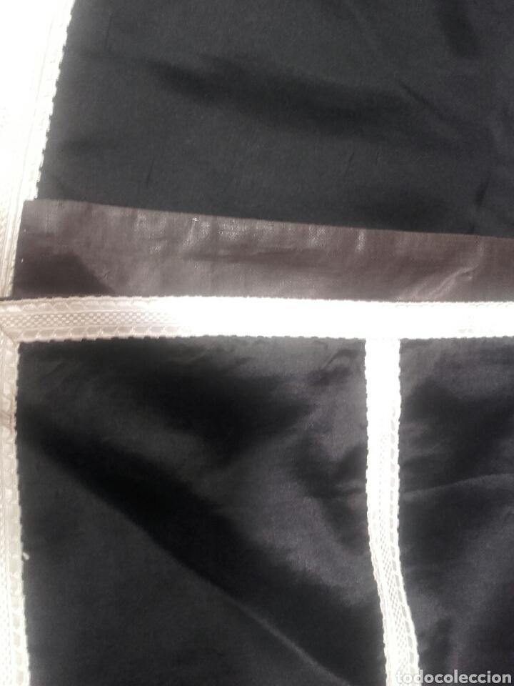 Antigüedades: Pareja de dalmáticas negras de seda con galón blanco. - Foto 3 - 44247484