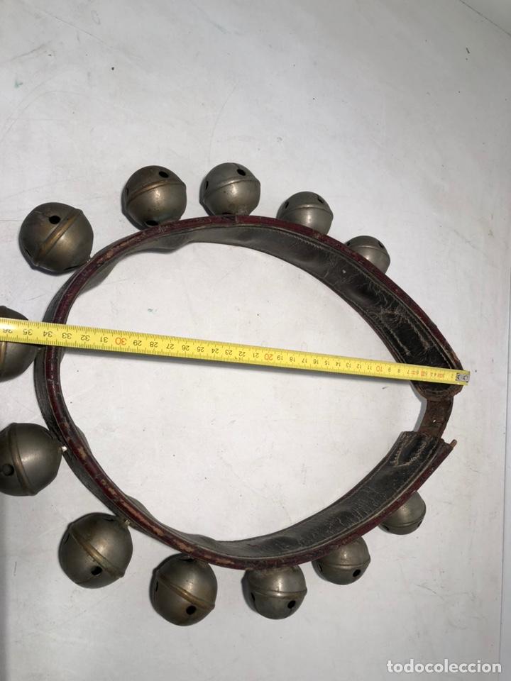 Antiquitäten: COLLAR DE PIEL CON 12 CASCABELES ANTIGUO. - Foto 7 - 147295366