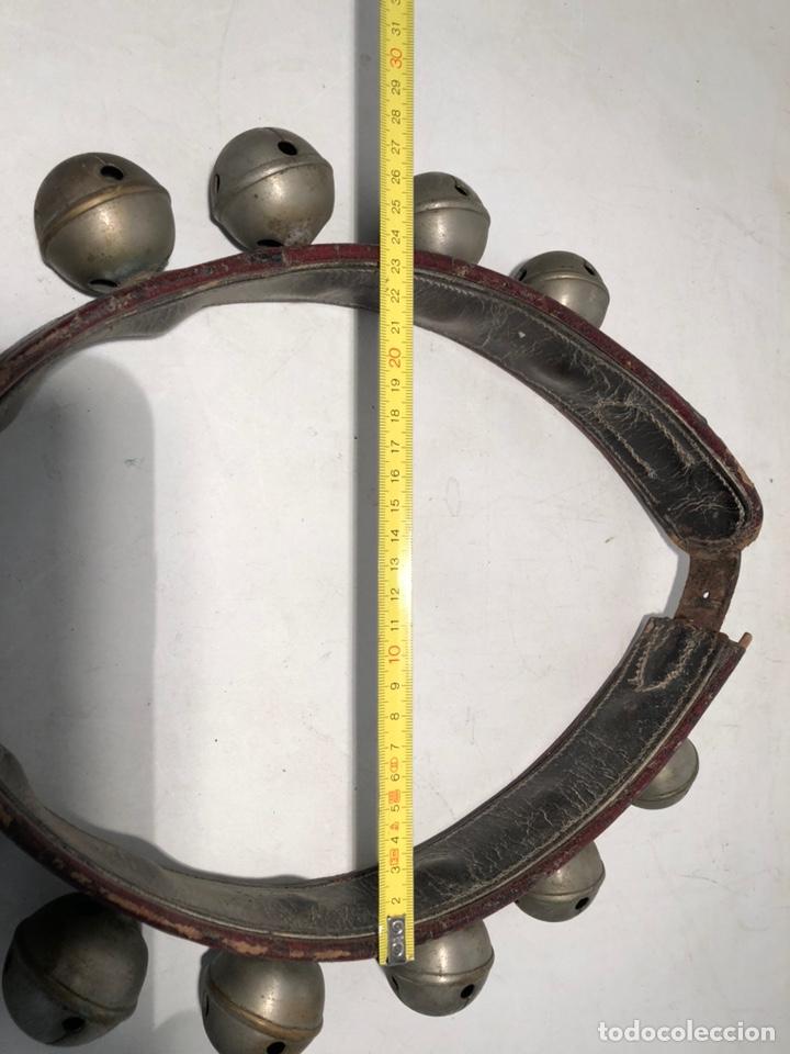 Antiquitäten: COLLAR DE PIEL CON 12 CASCABELES ANTIGUO. - Foto 6 - 147295366