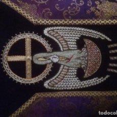 Antigüedades: CASULLA LILA CON ESTOLA TERCIOPELO Y BORDADA ORO. Lote 147337030