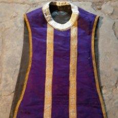 Antigüedades: CASULLA DE DAMADCO MORADA Y PASAMANERIA SIGLO XIX. Lote 147368692