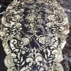 Antigüedades: EXPECTACULAR MANTILLA NEGRA BORDADA CON HILO DORADO + MANTILLA NEGRA A TRES PICOS 50. Lote 147375736