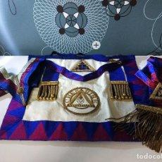 Antigüedades: MASONERÍA. ANTIGUO MANDIL ,BANDA Y CUELLO MASONICO. Lote 147396282