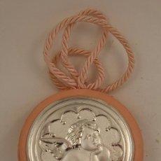 Antigüedades: MEDALLÓN DE CUNA ANGEL RAFAEL EN PLATA DE LEY. Lote 161071565