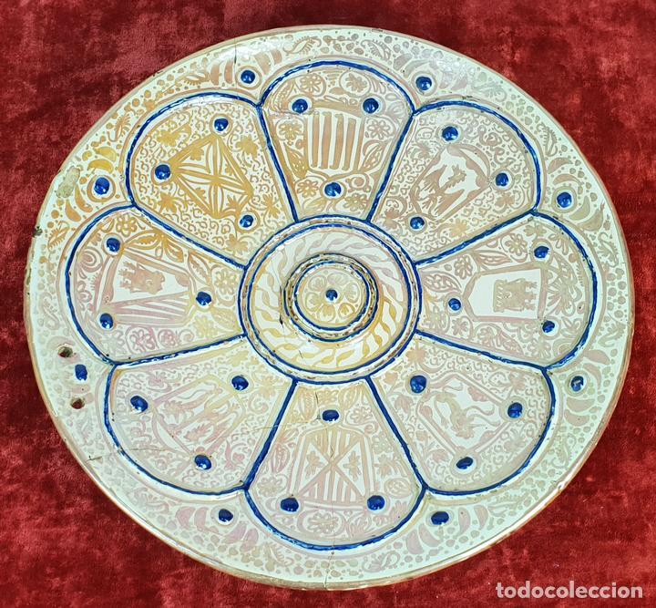 PLATO DE TETÓN. CERÁMICA ESMALTADA CON REFLEJOS. MANISES. SIGLO XIX. (Antigüedades - Porcelanas y Cerámicas - Manises)