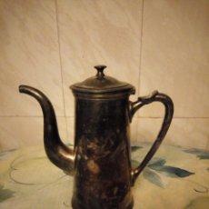 Antigüedades: ANTIGUA CAFETERA DE METAL BAÑADA EN PLATA.. Lote 147439674