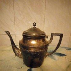 Antigüedades: PRECIOSA CAFETERA DE METAL BAÑADA EN PLATA.. Lote 147443406